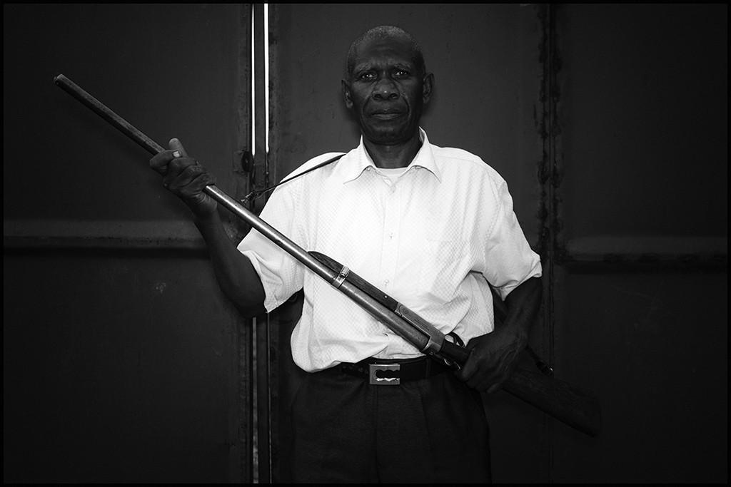Babu, guardia armata al cancello della casa,Tabora, Tanzania 2014