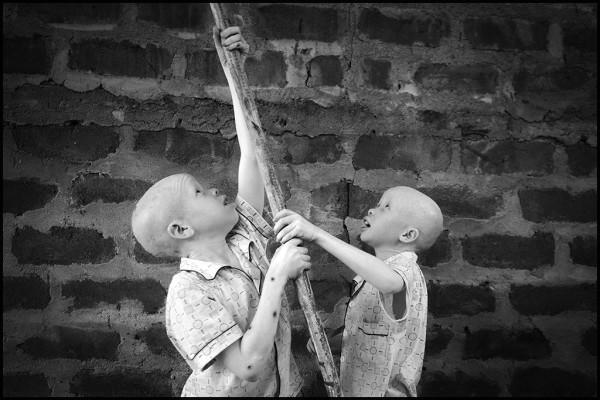 Bambini giocano con un bastone all'interno delle mura, Tanzania 2014