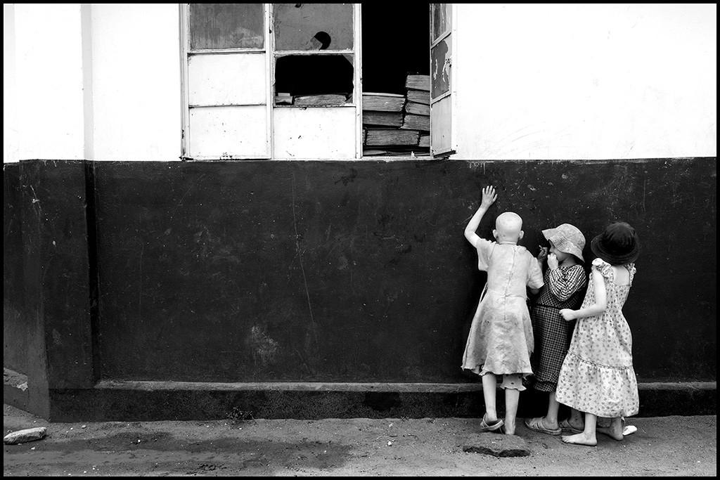 Bambine contro il muro, Shiniyanga, Tanzania 2014