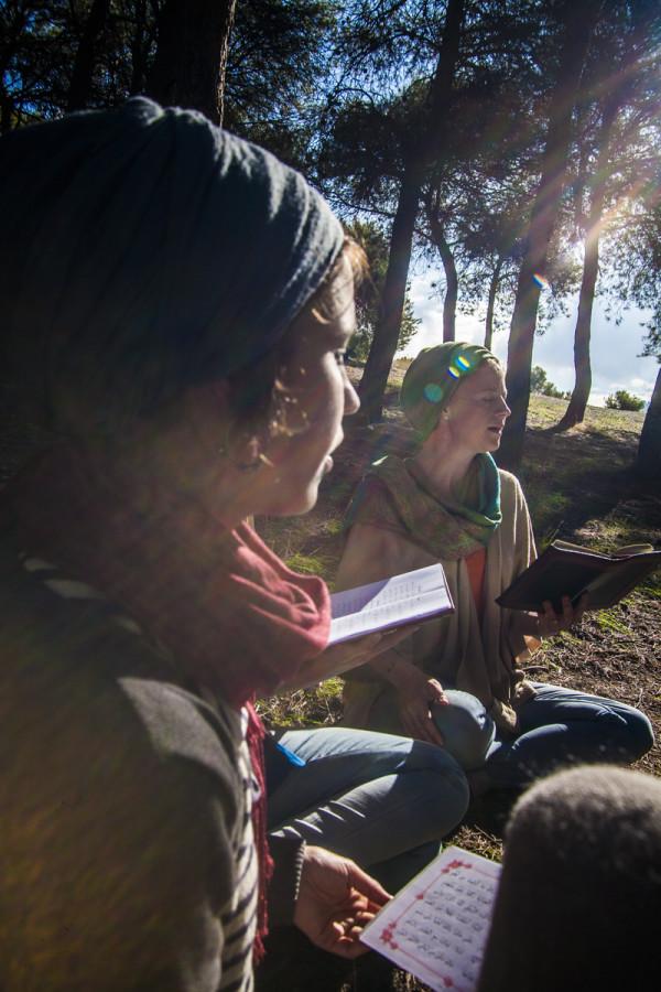 Shifa e Tasnim recitano cantando un diwan in un bosco che confina con Granada.